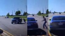 Bayılan adamı kurtarmak için hareket halindeki otomobilin içine atladı