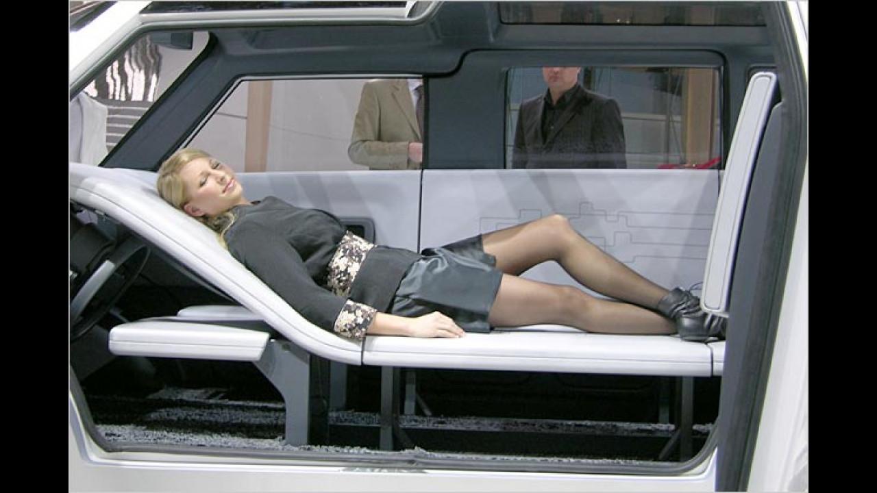 So sieht es wohl aus, wenn ein Genfer Messe-Girl Büroschlaf hält …