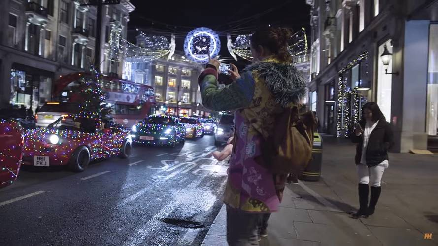 Karácsonyi fényekben tündöklő autók vették át London utcáit