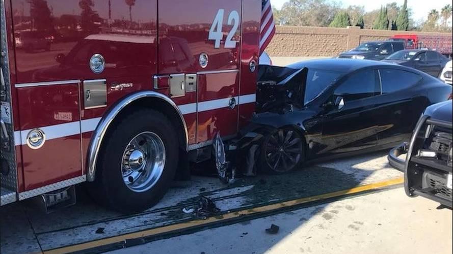 Tesla Model S, Autopilot devredeyken itfaiye aracına çarptı