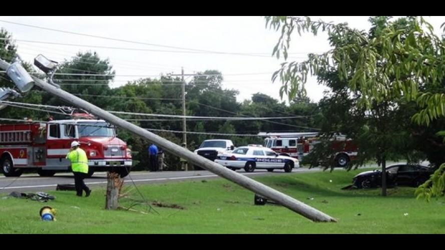 Ironia... Tesla Model S bate no poste de energia e provoca apagão