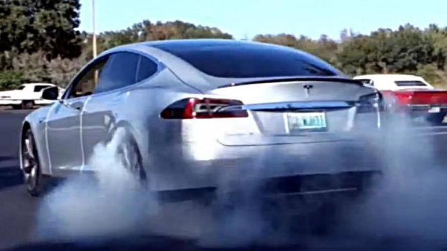 Burnout battle: 2013 Tesla Model S vs. 1968 Pontiac Firebird - which one is better? [video]