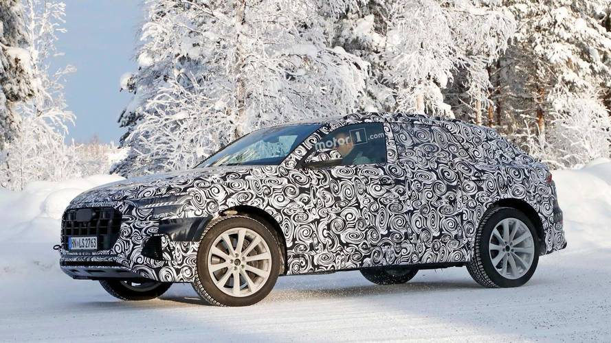 Karla kaplı Audi SQ8 dört egzoz çıkışını sergiliyor