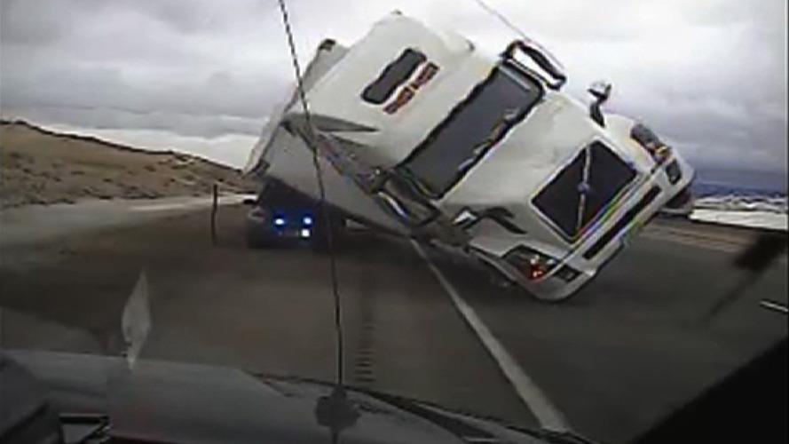 Rüzgardan devrilen tır polis aracını ezdi!