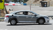 Next-gen Renault Megane / Laguna test mule spy photo