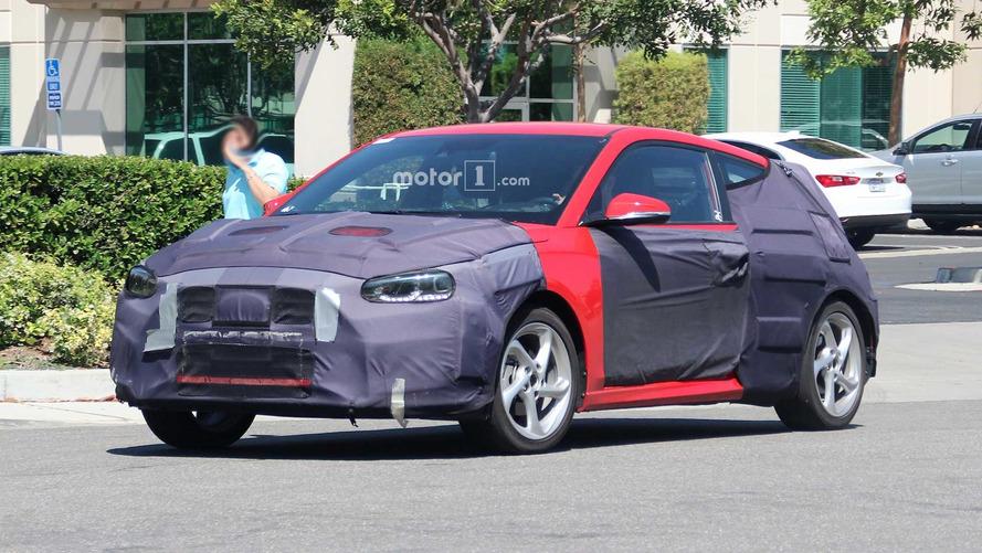 El Hyundai Veloster 2018 esconde sus líneas deportivas