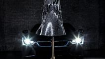 BMW i'den esinlenilen karbon fiber elbise