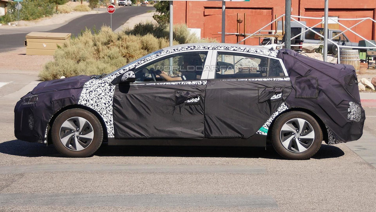 2016 Hyundai hybrid electric vehicle prototype spy photo