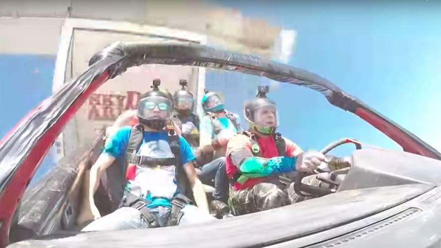 Otomobille uçaktan atladılar!