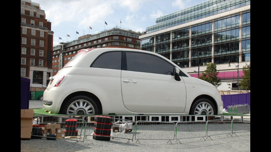 Fiat parcheggia la 500 gigante a Londra