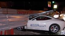 Não sabe, deixa! Jovem de 20 anos bate Ferrari California durante test-drive na Rússia