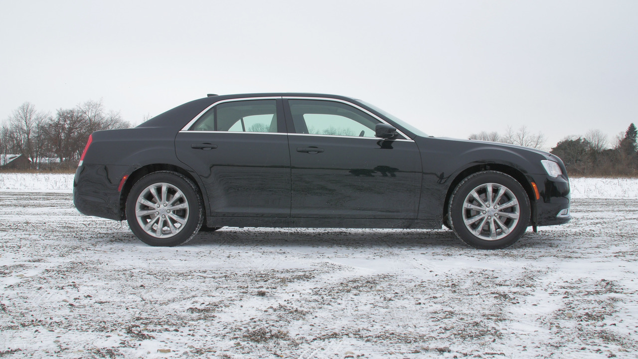 2016 Chrysler 300 Limited AWD Profile