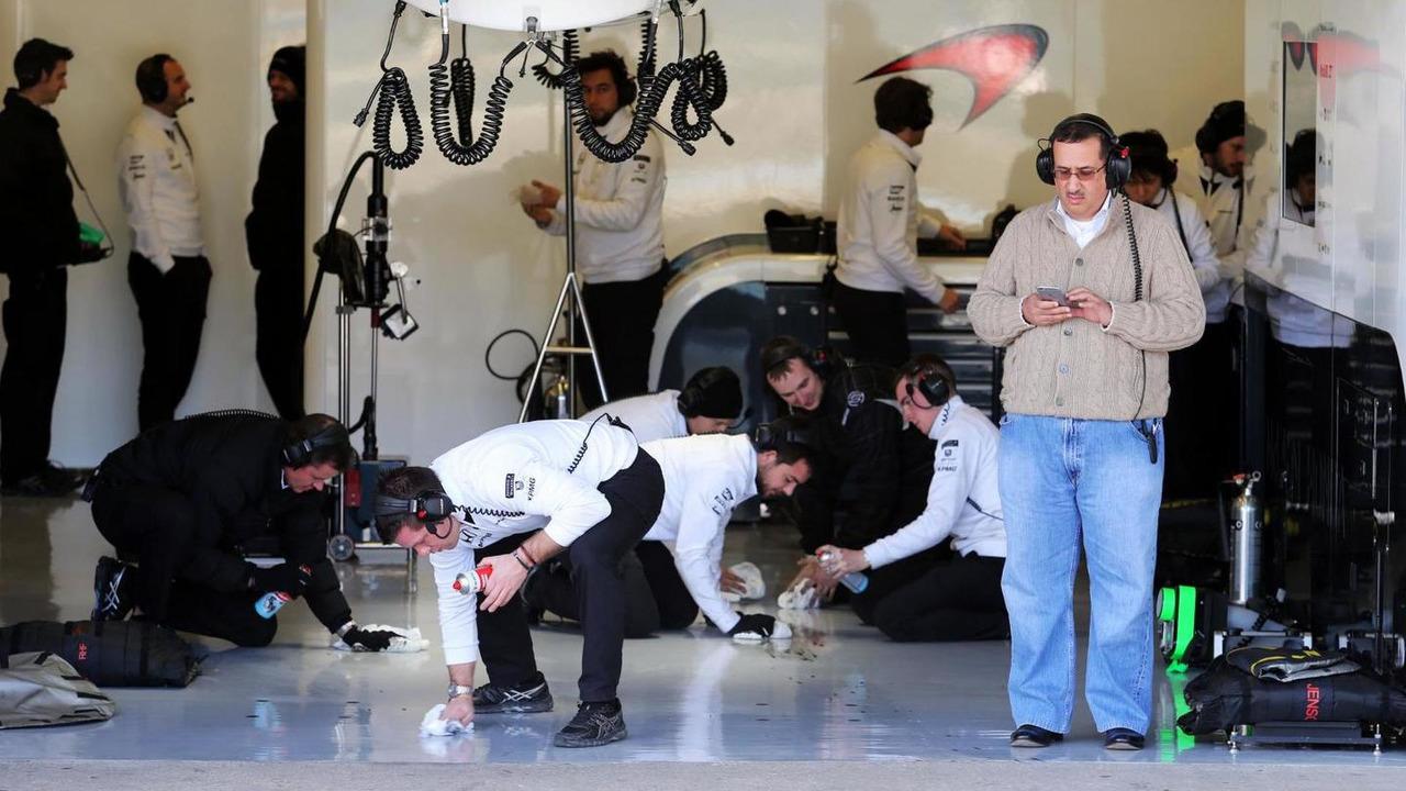 Mechanics clean the pit garage, 04.02.2015, Formula One Testing, Day Four, Jerez, Spain / XPB