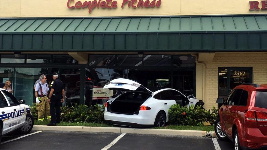 Sürücünün hata yapmadığını iddia ettiği bir başka Model S kazası yaşandı
