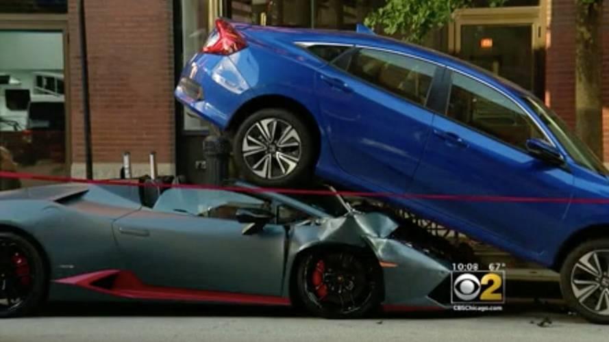 Huracan Spyder, bu kazada kendisini Honda Civic'in altında bulmuş