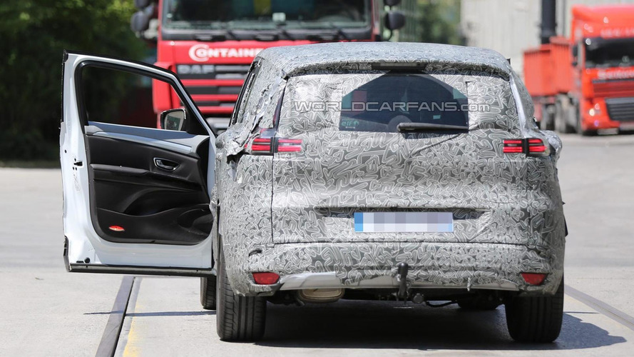 2015 Renault Espace spied once again, shows front-left door