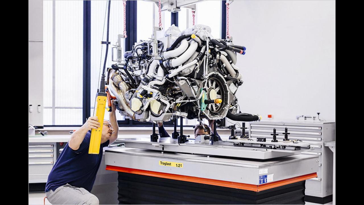 In der ersten von zwölf Montagestationen  wird der W16-Motor zusammengesetzt