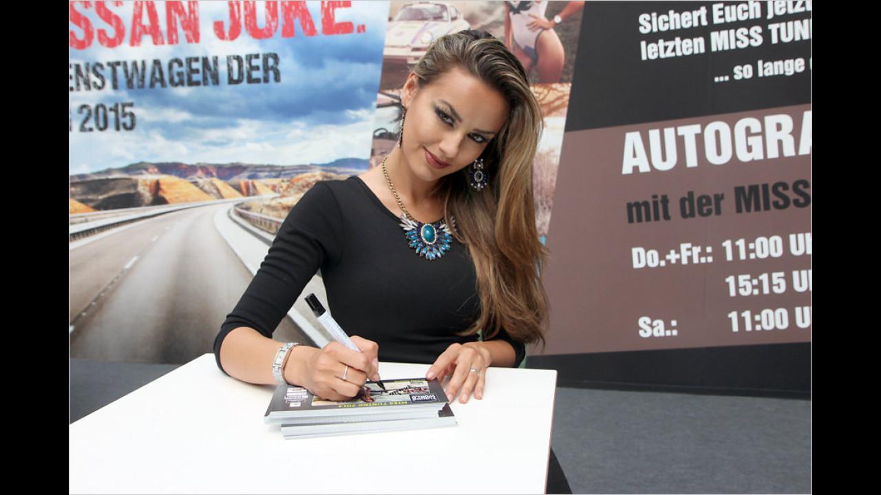 Ein letztes Autogramm: Veronika Klimovits ist die Miss Tuning 2014 und gibt die Krone nun ab