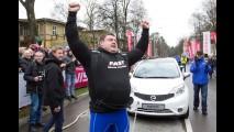 Homem bate recorde mundial ao puxar 12 Nissan Note na Lituânia! Veja vídeo