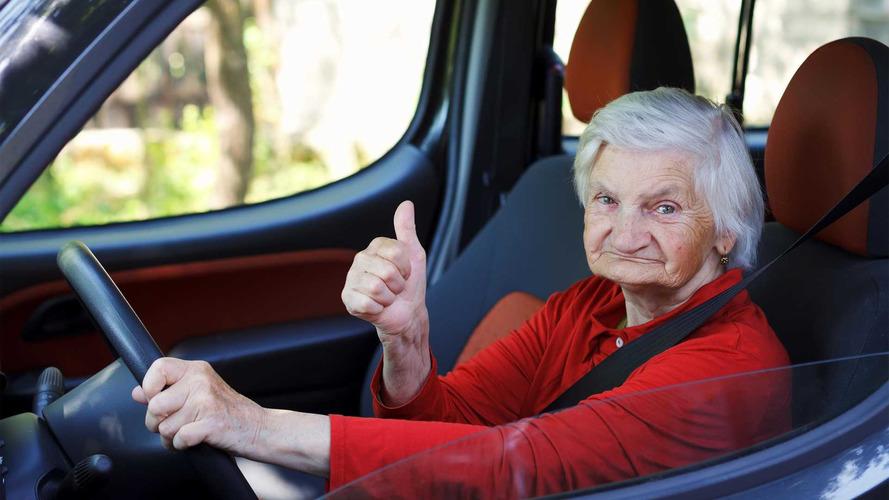 79 yaşında teyze Porsche ile hız yaparken yakalandı
