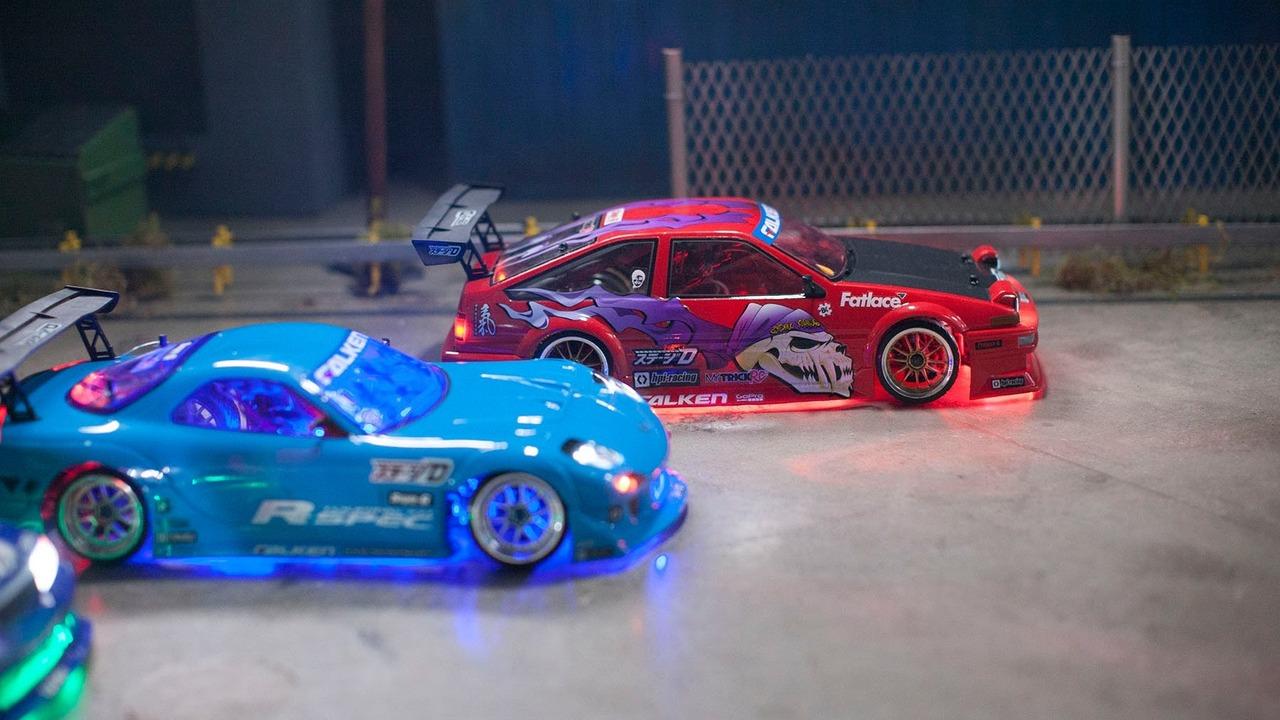 Oyuncak arabalar drift yapıyor