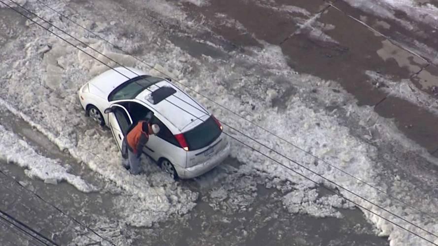 Çılgın Ford Focus sürücüsü buzlu yola girerse