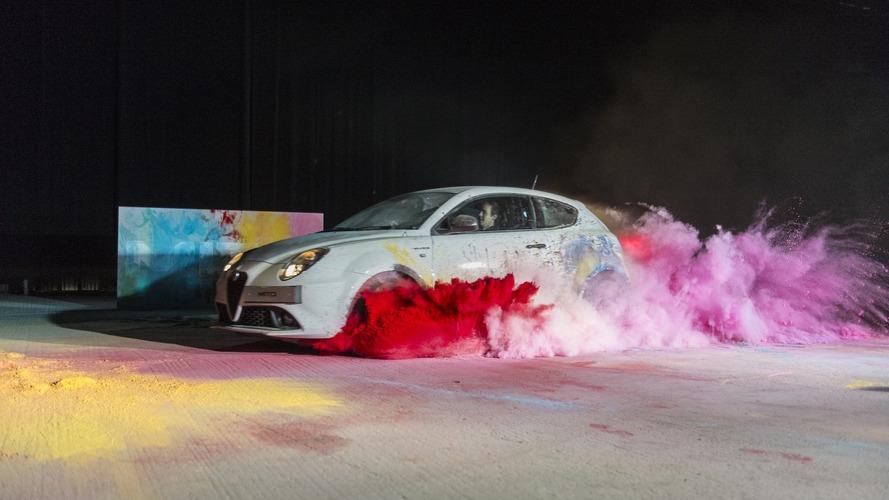 Alfa Romeo MiTo en yeni reklam filminde sanatçılığa soyunuyor