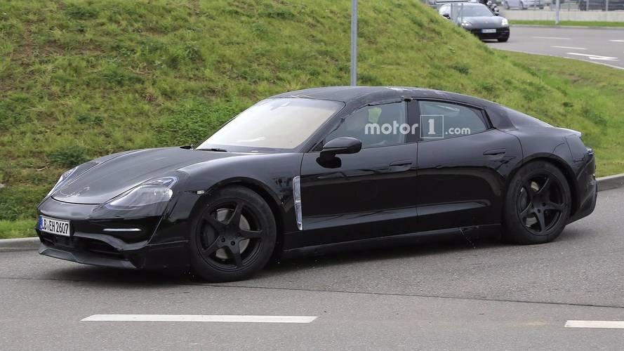 Porsche Mission E de produção é testado junto com o Tesla Model S