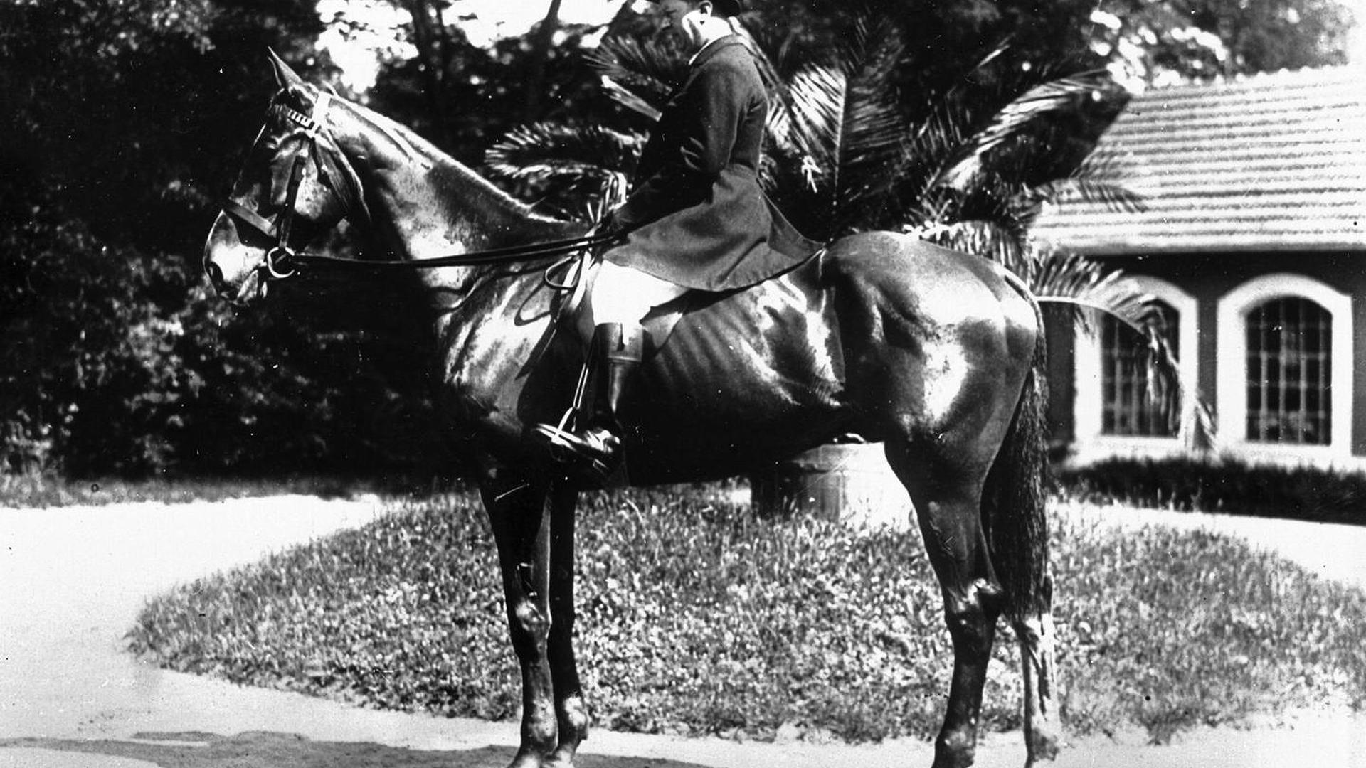 Фото | Этторе Бугатти верхом на лошади