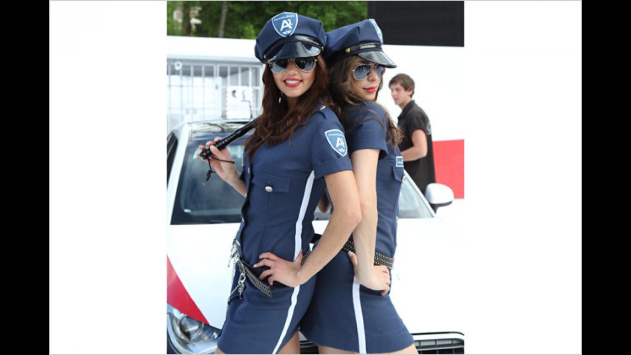 Natascha und Silvana wissen nicht nur mit einem Polizeiknüppel umzugehen