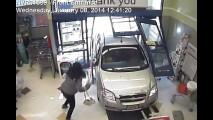 Drive-thru: mulher perde controle do carro e invade farmácia nos EUA; confira no vídeo
