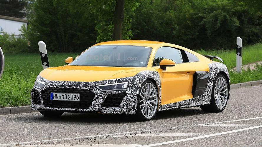 Audi R8 yeni ön yüzü ve büyük egzozlarıyla görüldü